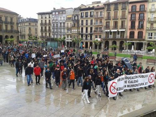 Испания: Хиляди протестираха срещу съкращенията в образованието в Памплона
