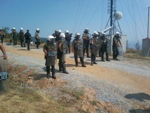 Полицията стреля с гумени куршуми по протестиращи в Скурис, Гърция