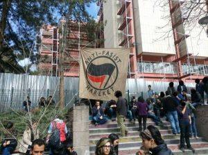 Банер на антифашисткото движение в университета в Анкара