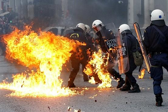 Анархисти биха началника на KAT в Атина