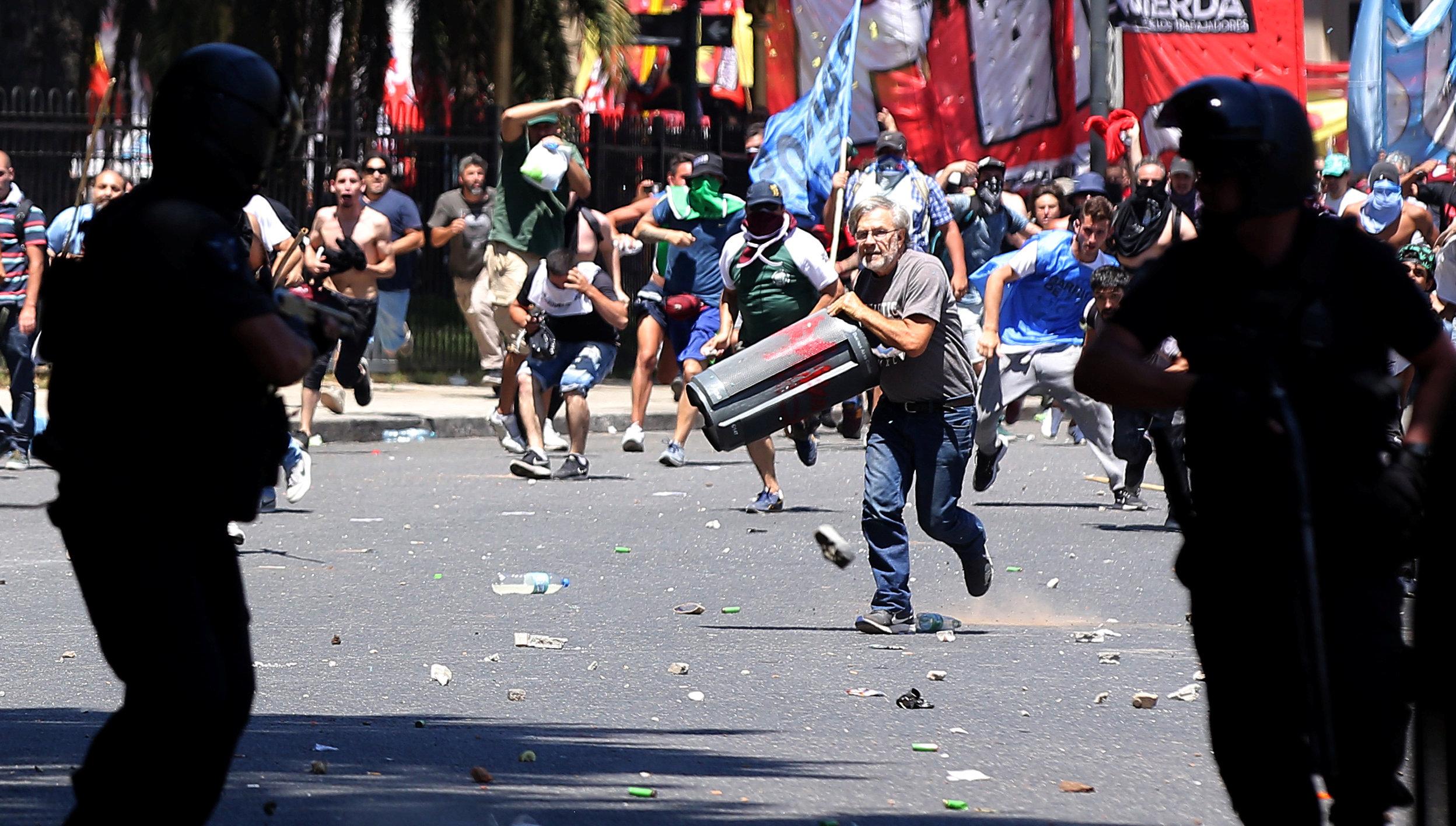 Брутални репресии срещу протестиращите в Буенос Айрес