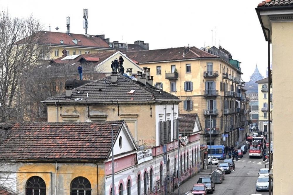Торино: социален център под евакуация, обитателите на покрива, вечерно шествие