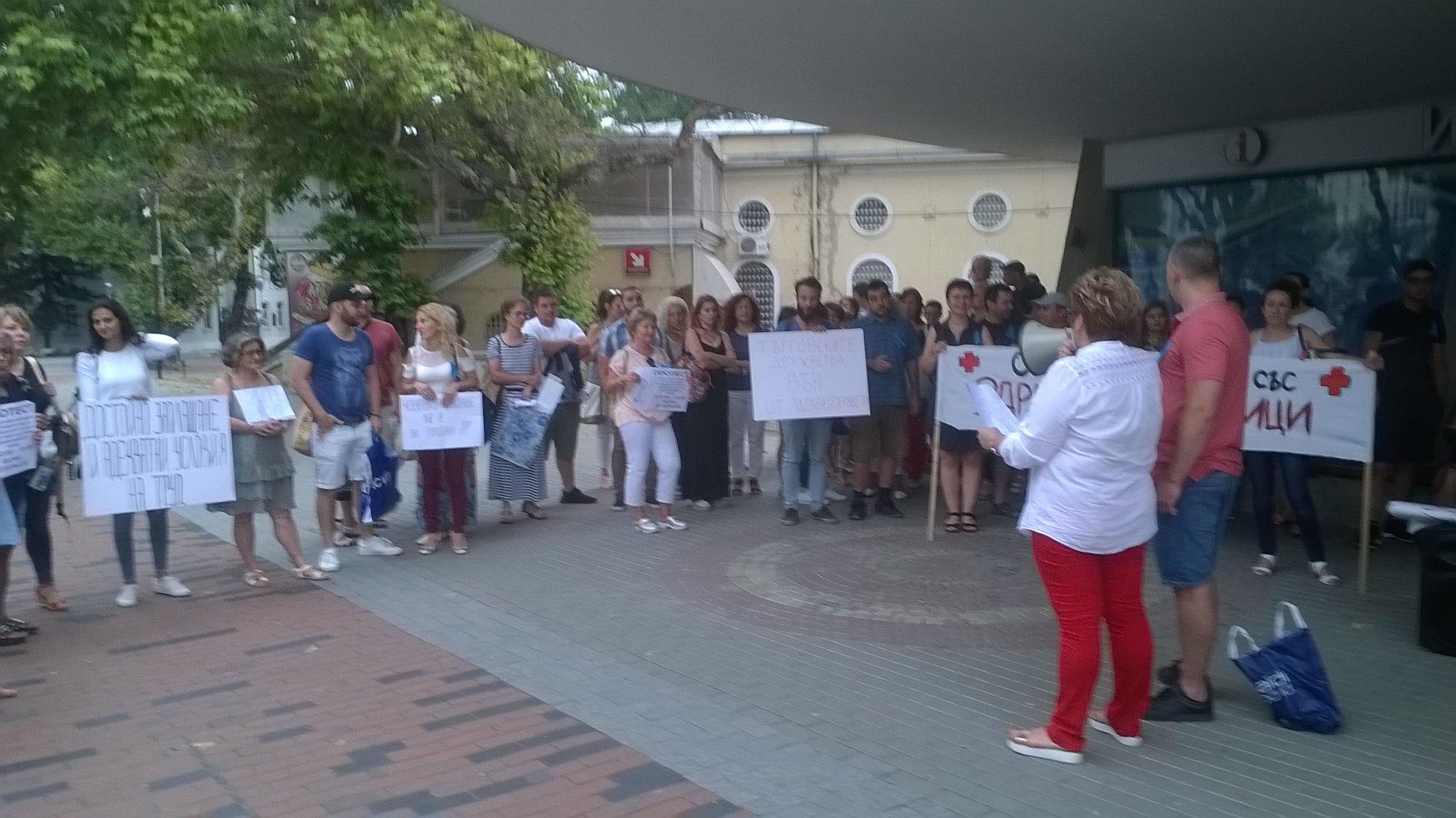 Медицински сестри подкрепени от синдикалисти и работници от АРК протестираха във Варна
